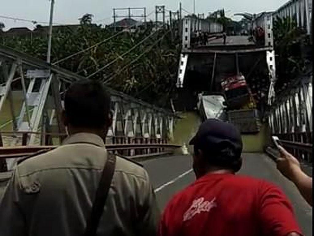Hingga saat ini masih belum diketahui pasti penyebab ambrolnya jembatan ini/Foto: Screenshoot