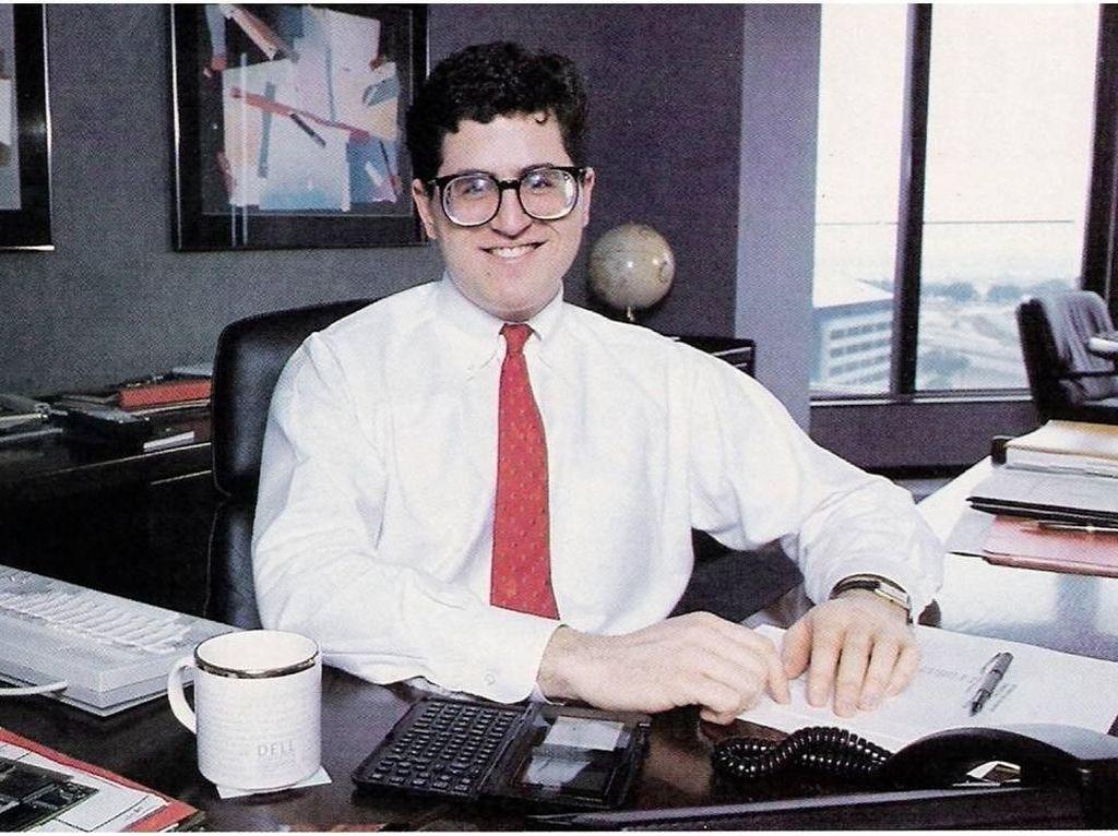 Dia memutuskan drop out kuliah dan fokus mengembangkan bisnis setelah mendapat investasi USD 300 ribu dari keluarganya. Dell berperan besar dalam revolusi komputer PC di dekade 1990-an. Pada tahun 1985, PCS Limited menciptakan komputer pertamanya bernamaTurbo PC dan dijual senilai USD 795. Foto: istimewa