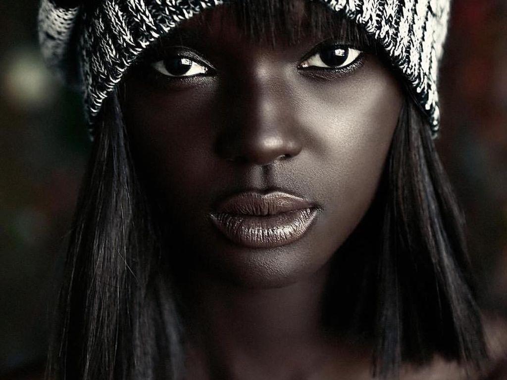 Kulit Sehitam Arang, Model Ini Buktikan Cantik Nggak Harus Putih