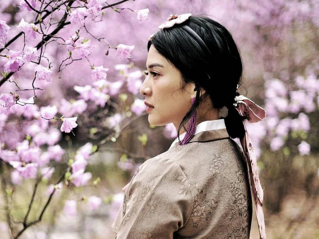 Pemeran Cinta dalam film Ada Apa dengan Cinta itu terlihat mengenakan hanbok, baju tradisional perempuan Korea. Foto: Instagram Dian Sastro