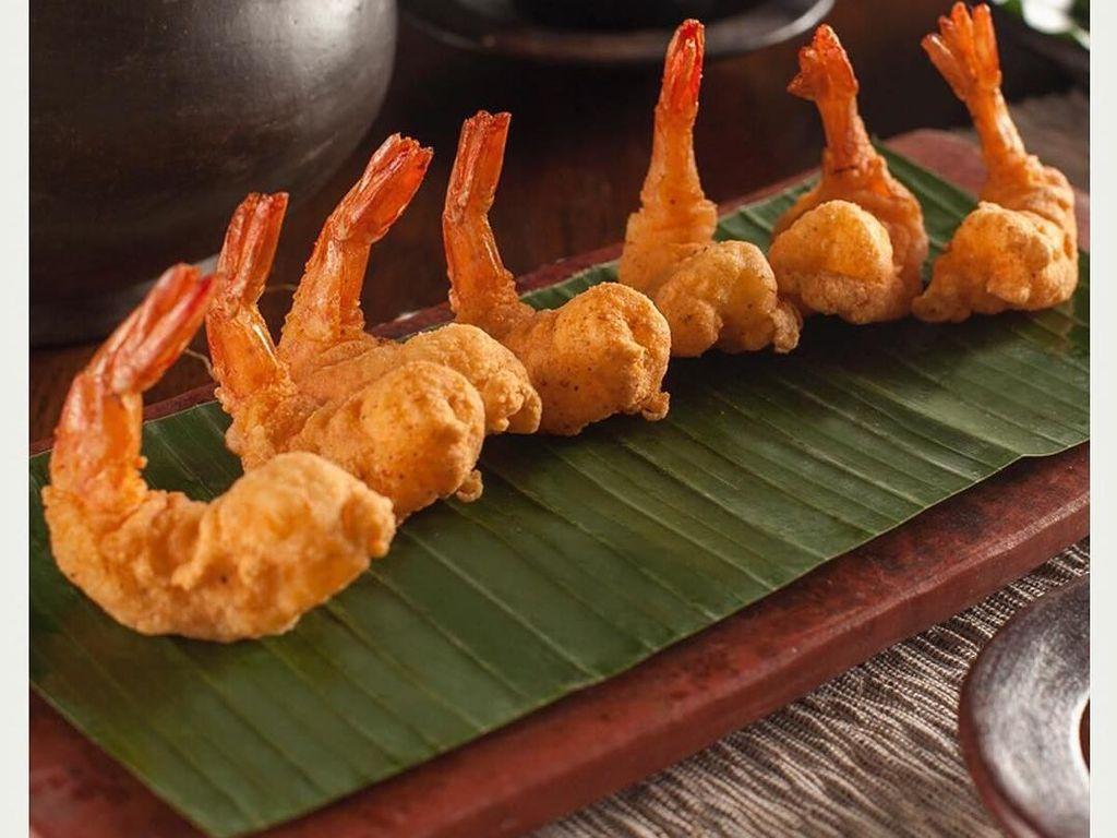 Udang tempura yang satu ini tampil elegan. Udangnya ditata berbaris rapi di atas alas saji dengan daun pisang. Foto: Instagram