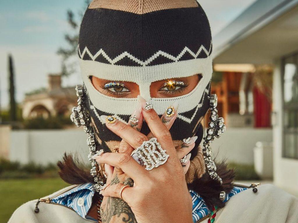 Gaya Glamor Rihanna Berpenutup Kepala Penjahat di Coachella, Yay or Nay?