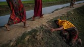Seorang pengungsi Rohingya tengah berjuang bertahan hidup karena menderita dehidrasi atau kehausan di tengah upaya menyelamatkan diri dari Myanmar. 2 November 2017. Di negaranya, warga Rohingya menjadi objek penganiayaan dan proses genosida oleh pemerintah Myanmar.(REUTERS/Hannah McKay)