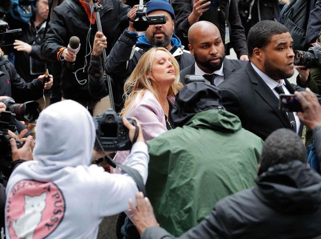 Tampak Daniels yang dikawal dua bodyguard berbadan besar, dikepung oleh kamera wartawan. Foto: REUTERS/Lucas Jackson