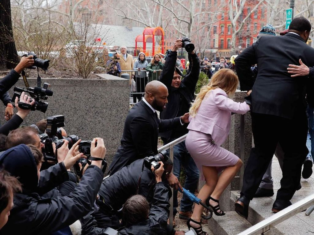 Wartawan terus mengikuti Daniels bahkan hingga dia kesusahan menaiki tangga di luar gedung pengadilan. Foto: REUTERS/Lucas Jackson
