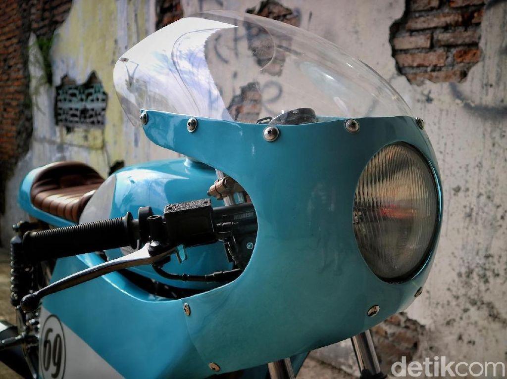 Mengusung konsep vintage, motor bercat biru muda itu didesain full fairing dengan tambahan gambar angka 69. Foto: Rich Richie Ride and Garage