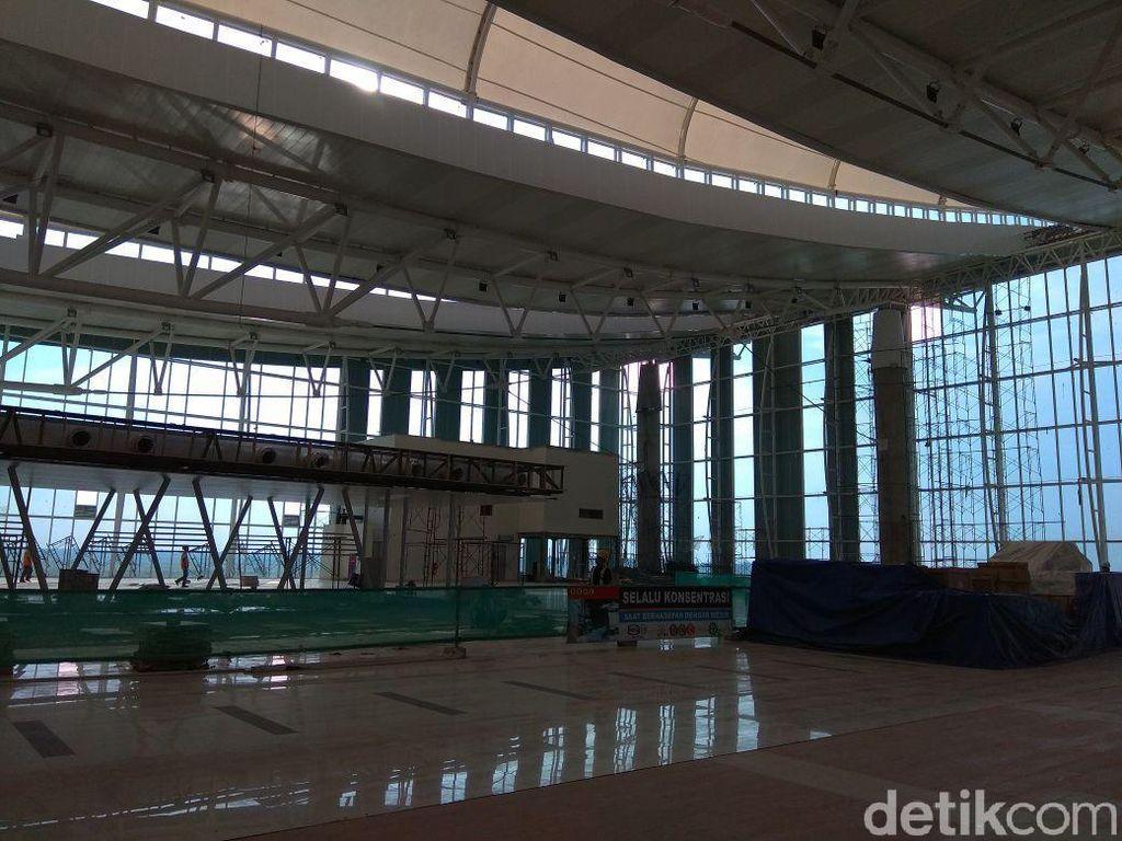 Terminal bandara ini tampak megah dilihat dari luar, ditambah ada tiang-tiang raksasa yang menopang konstruksi bangunan.