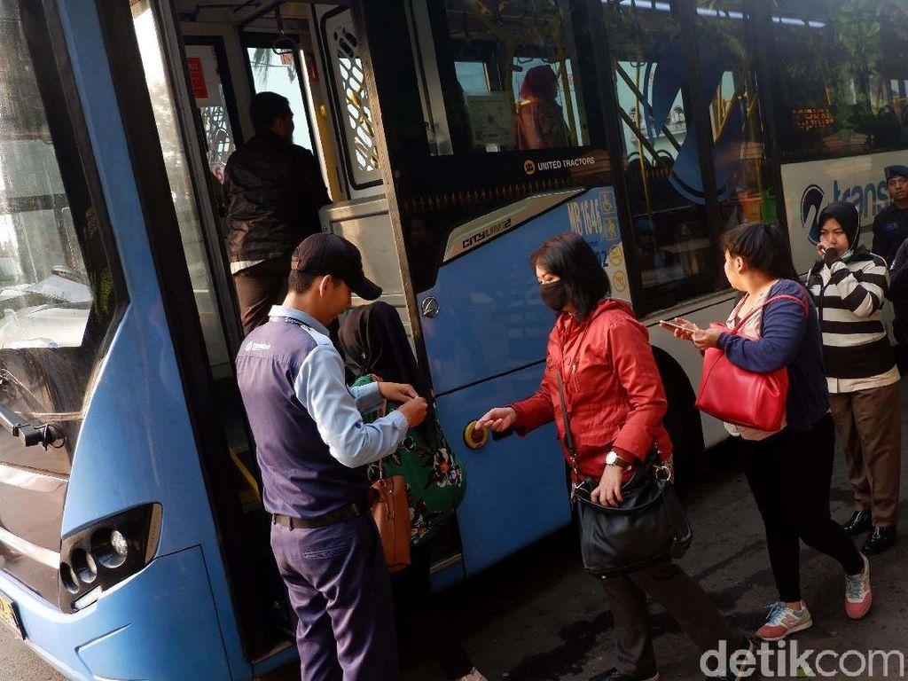 Pemberlakuan ganjil genap pada pintu Tol Cibubur membuat sebagian masyarakat beralih menggunakan moda transportasi bus TransJakarta.