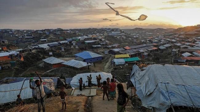Meski hidup dalam nestapa dan keterbatasan, anak-anak pengungsi Rohingya masih berusaha untuk hidup ceria dengan bermain layangan di kamp Kutupalong dekat Cox's Bazar, Bangladesh, 10 Desember 2017. (REUTERS/Damir Sagolj)