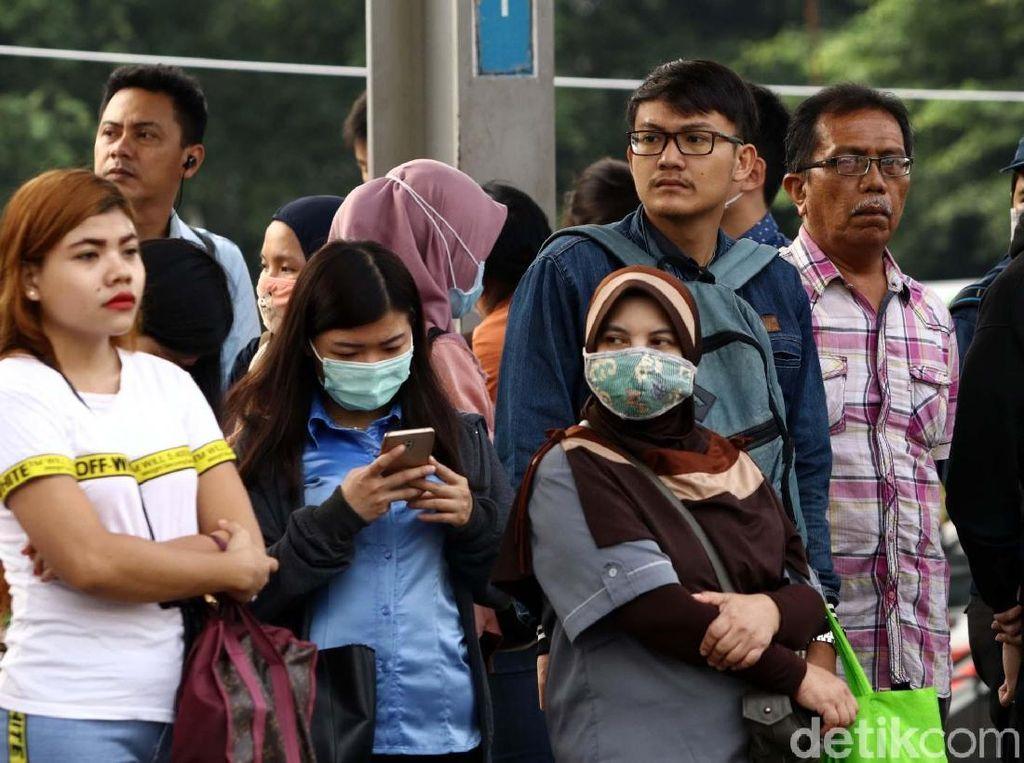 Sebelumnya, mereka juga harus sabar saat terjadi penumpukan penumpang di Stasiun Duri.