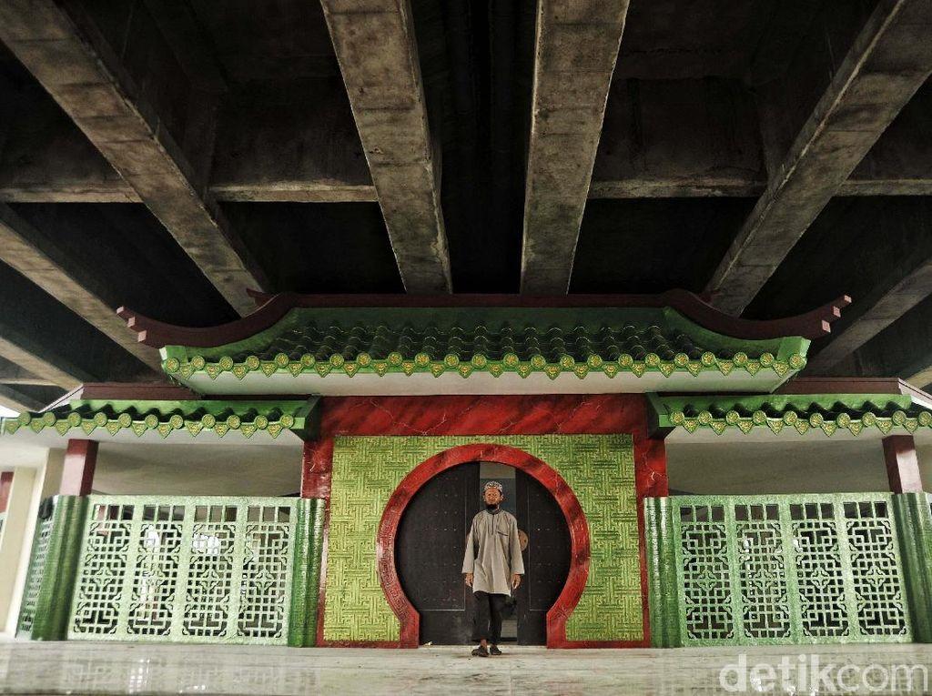 Ada sesuatu yang berbeda di kolong Tol Ir Wiyoto Wiyono ruas Tanjung Priok-Pluit. Tepat di Gang 21, RT 001/RW 007, Papanggo, Tanjung Priok, Jakarta Utara berdiri sebuah musala bergaya Tiongkok.