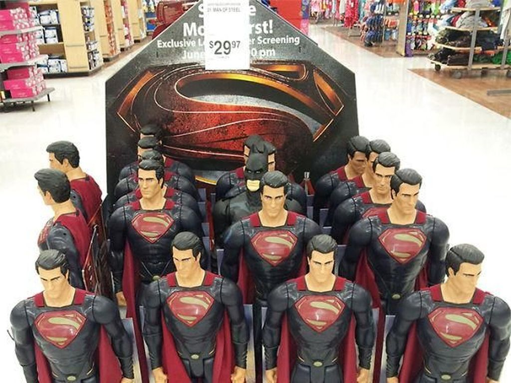 Seorang superhero berani bergaul dengan sekelompok Superman ini. Foto: Imgur