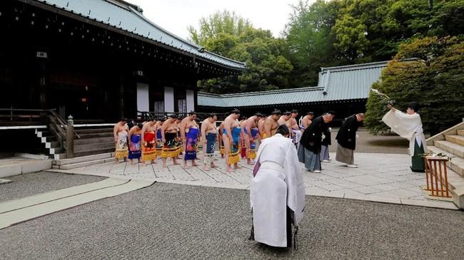 Sejarah sumo, olahraga nasional Jepang, bisa ditelusuri hingga lebih dari 1.500 tahun ke belakang, dengan akarnya dalam sebuah ritual keagamaan yang diadakan di Kuil shinto untuk mendoakan hasil panen yang melimpah. (REUTERS/Toru Hanai)