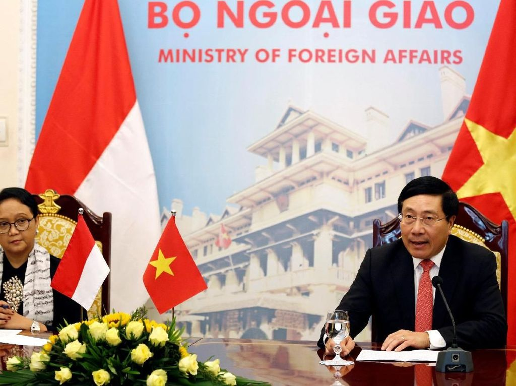 Momen pertemuan Menlu Retno dengan Wakil PM Vietnam di Hanoi.