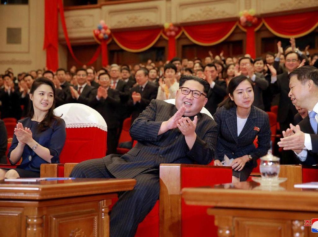 Grup balet yang pertunjukannya disaksikan Kim Jong Un dan sang istri, Ri Sol Ju bukan sembarangan melainkan berasal dari China. Grup ini juga didampingi oleh Kepala Departemen Hubungan Internasional Partai Komunis China, Song Tao.