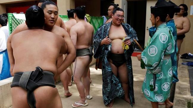 Tawa, sinar matahari, dan optimisme memenuhi upacara turnamen Festival Sumo Musim Semi yang diselenggarakan di sebuah kuil perang Yasukuni Jinja di Tokyo pada Senin (15/4). (REUTERS/Toru Hanai)