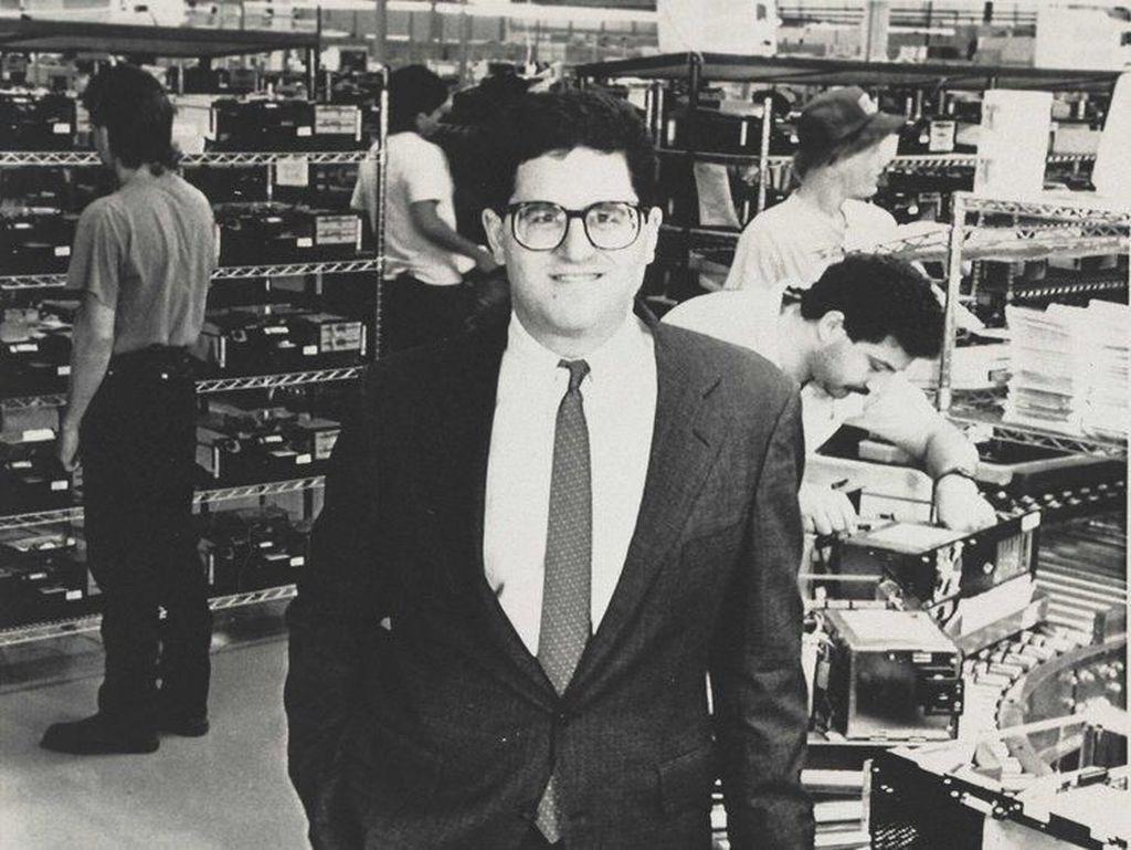 Bakat bisnisnya sudah kelihatan sejak kecil. Umur 12 tahun, Dell bekerja paruh waktu sebagai pelayan di restoran China. Menginjak SMA, Michael jualan koran. Tamat SMA, Michael melanjutkan kuliah di University of Texas, Austin. Dia menciptakan perusahaan bernama PCS Limited dari kamar asramanya yang menjual komputer PC IBM. Foto: istimewa