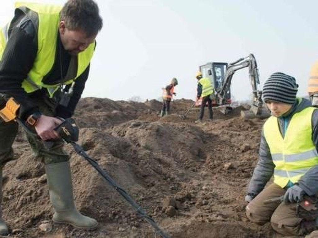 Temuan awal bocah itu kemudian ditelusuri lebih jauh oleh para ahli hingga penggalian seluas 400 meter persegi. (Foto: Dok. AFP via BBC)