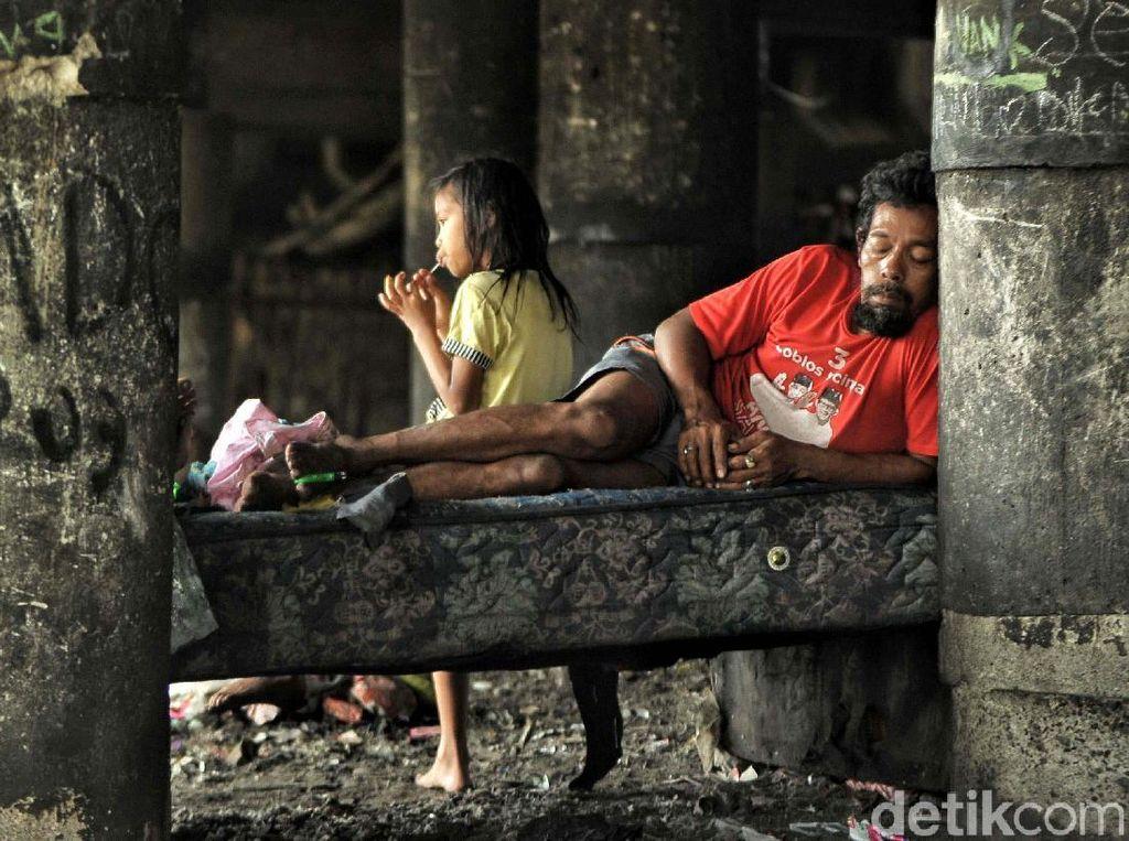 Warga mengungsi di kolong Tol Tanjung Priok, Jakarta.