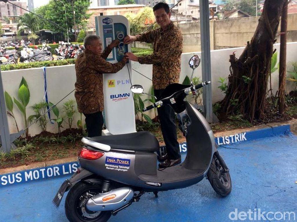 PLN sedang menggenjot penyediaan infratruktur pengisian daya kendaraan listrik atau Stasiun Penyedia Listrik Umum (SPLU). Kali ini PLN menyediakan SPLU di gedung perkantoran. Tepatnya di gedung Summitmas, Sudirman, Jakarta.