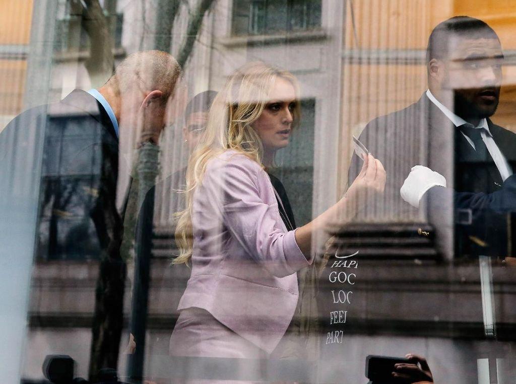 Kehadiran Daniels hanya untuk menyaksikan persidangan Cohen dan demi memastikan perlindungan dokumen-dokumen yang disita dari kantor dan kediaman Cohen oleh FBI beberapa waktu lalu. Beberapa dokumen yang disita FBI ada yang terkait kesepakatan tutup mulut antara Daniels dengan Cohen, yang mewakili Trump. Foto: REUTERS/Lucas Jackson