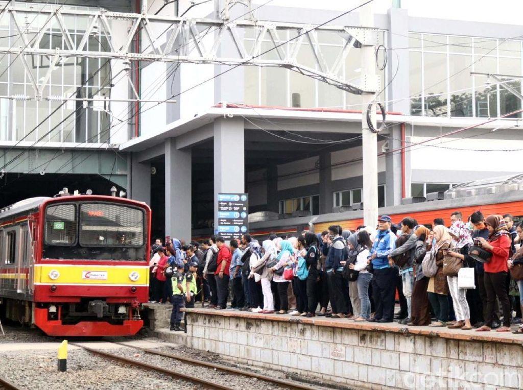 Stasiun Duri menjadi padat lantaran fungsinya sebagai stasiun transit ke Tangerang, Bogor dan Manggarai.