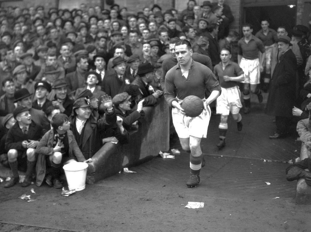 4. Everton. Sembilan titel berhasil dikoleksi Everton yakni 1890/1891, 1914/1915, 1927/1928, 1931/1932, 1938/1939, 1962/1963, 1969/1970, 1984/1985, 1986/1987. Tujuh kali Everton jadi runner-up. (Foto: H. F. Davis/Topical Press Agency/Getty Images)