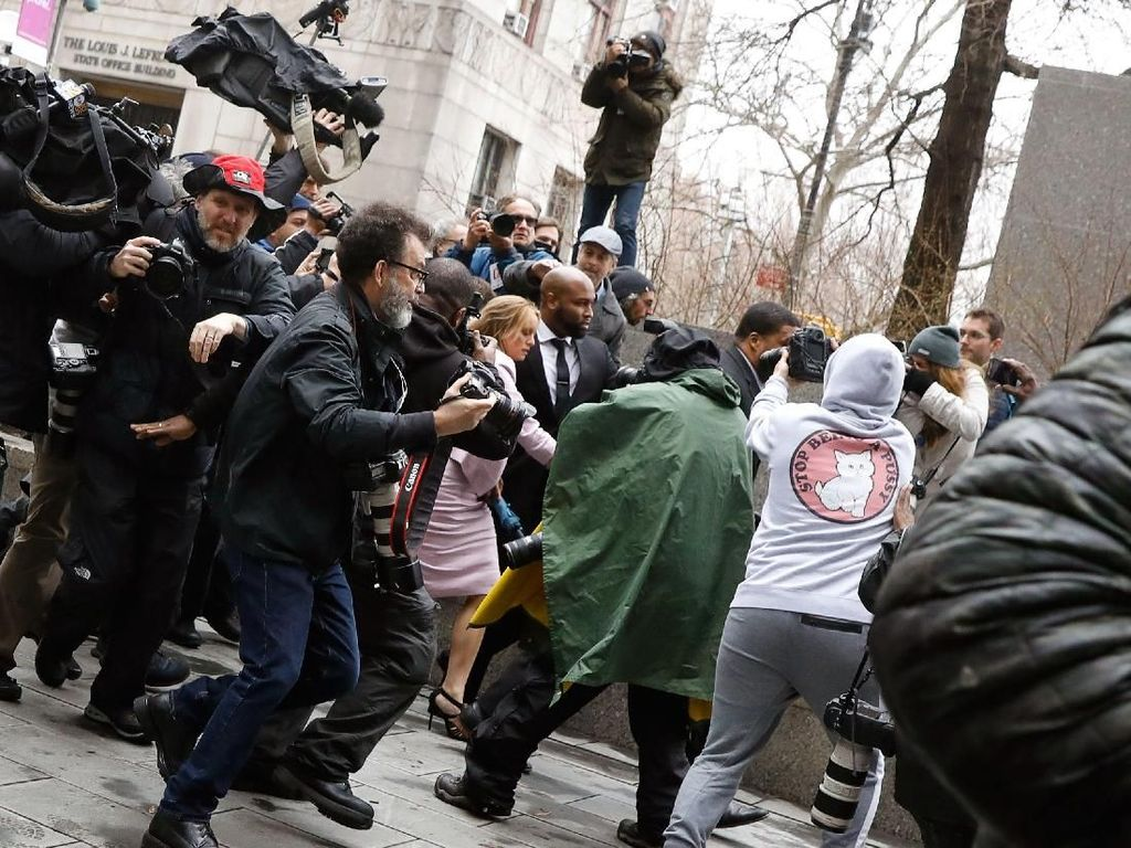 Daniels diburu wartawan begitu tiba di luar gedung pengadilan di Manhattan, New York, pada Senin (16/4) waktu setempat. Foto: REUTERS/Brendan McDermid