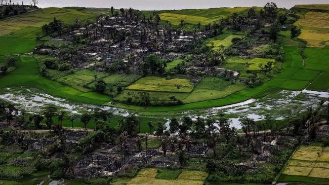 Tampak udara dari sisa-sisa desa warga Rohingya yang terbakar dekat Maungdaw, Rakhine utara, Myanmar, 27 September 2017. Sejumlah peneliti menduga warga Rohingya telah menjadi korban kekerasan, ghettoisasi, pembantaian sporadis, dan pembatasan pergerakan. (REUTERS/Soe Zeya)