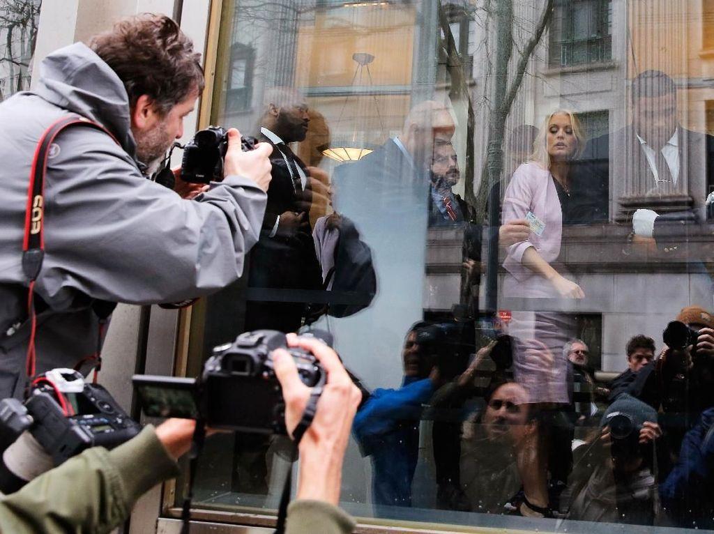 Kamera wartawan terus mengarah ke Daniels saat dia telah masuk ke dalam gedung pengadilan. Foto: REUTERS/Lucas Jackson