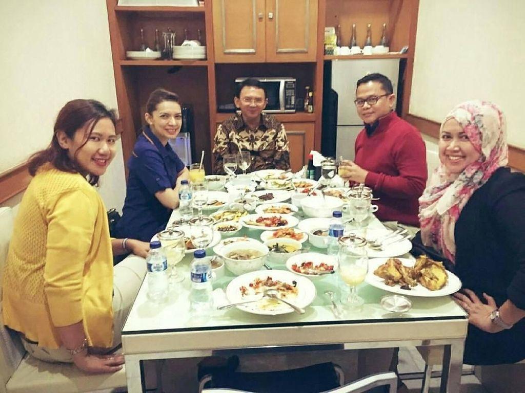 Begini gayanya saat makan bersama mantan Gubernur DKI Jakarta, Ahok. Saat makan sajian tradisional, Najwa Shihab memilih jus jeruk sebagai minum. Foto: Instagram @najwashihab