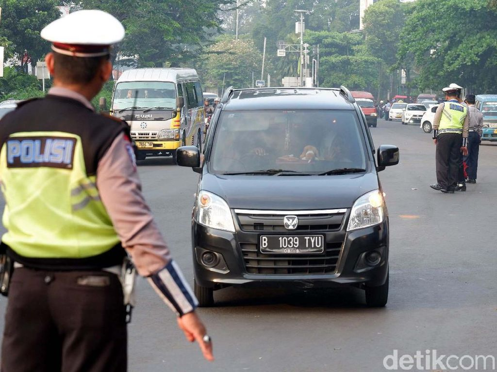 Petugas dari Badan Pengelola Transportasi Jabodetabek (BPTJ), Korlantas, Dinas Perhubungan (Dishub) melakukan pengaturan sebelum pintu masuk di kawasan Cibubur Junction, Selasa (17/4).