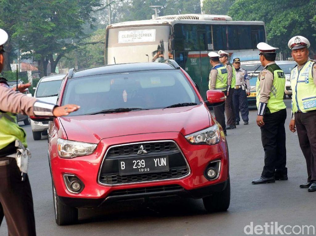 Kendaraan yang boleh melintas di Gerbang Tol Cibubur 2 hari ini ialah kendaraan berpelat nomor ganjil.
