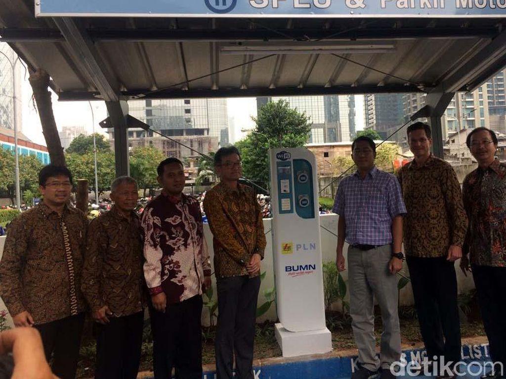 Selain PLN sebagai Penyedia SPLU dan PT Summitmas Property sebagai penyedia lahan, ada juga PT Jawa Power sebagai perusahaan yang meminta adanya SPLU dan parkir khusus motor listrik tersebut.