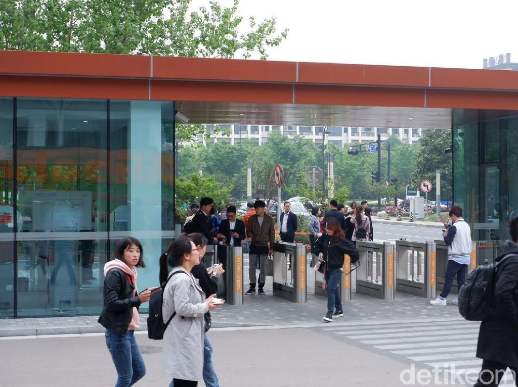 Tapi sebelum masuk, kita harus melewati gate pemeriksaan. (Foto: detikINET/Adi Fida Rahman)