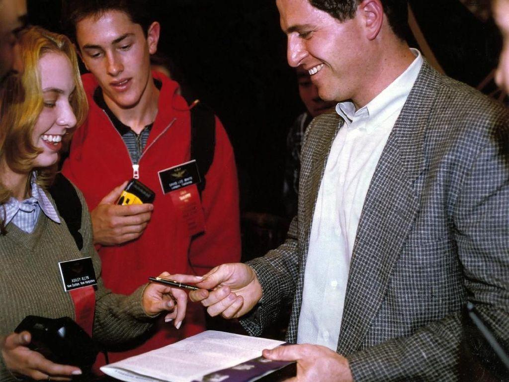 Dari tahun 1997 sampai 2004, Dell menikmati pertumbuhan penjualan stabil dan mencaplok pangsa pasar pesaing. Sampai tahun 2001, Dell juga menjadi nomor satu soal kualitas dan layanan menurut laporan Consumer Reports. Dell berhasil melampaui Compaq sebagai produsen komputer PC terbesar di dunia pada tahun 1999. Namun pada tahun 2002, Compaq yang bergabung dengan HP kembali menyalip Dell. Foto: istimewa