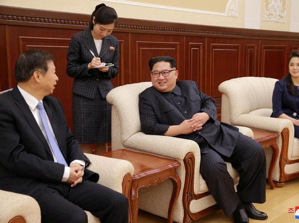 Kepada perwakilan Partai Komunis China, Kim Jong Un mengatakan dia secara langsung menemui para penari balet sebagai bentuk rasa hormat ke Presiden China, Xi Jin Ping. Kim Jong Un berkunjung ke China dan bertemu Xi bulan lalu.