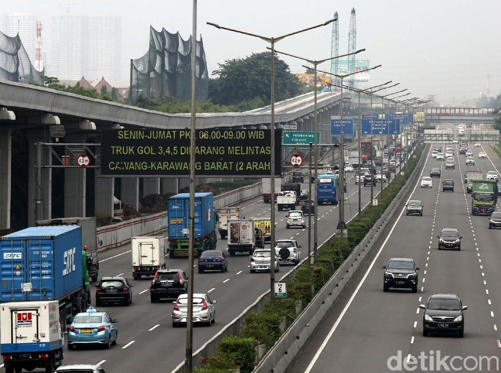 Kendaraan milintasi Tol Jakarta-Cikampek yang terdapat proyek LRT Jabodebek di Jatibening, Bekasi, Jawa Barat, Selasa (17/4/2018).