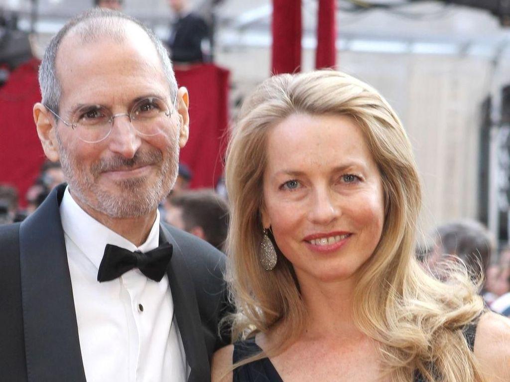 Masa muda mendiang Steve Jobs boleh saja bergejolak, malah dia sempat punya anak di luar nikah. Namun semuanya berubah ketika dia menikahi Laurenne Powell pada tahun 1991. Foto: istimewa