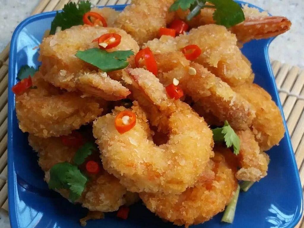 Sederhana tapi menggoda. Udang tempura yang satu ini diberi taburan cabai, kalau suka pedas tinggal makan bersama cabainya. Foto ini diposting netizen @nophylea. Foto: Instagram