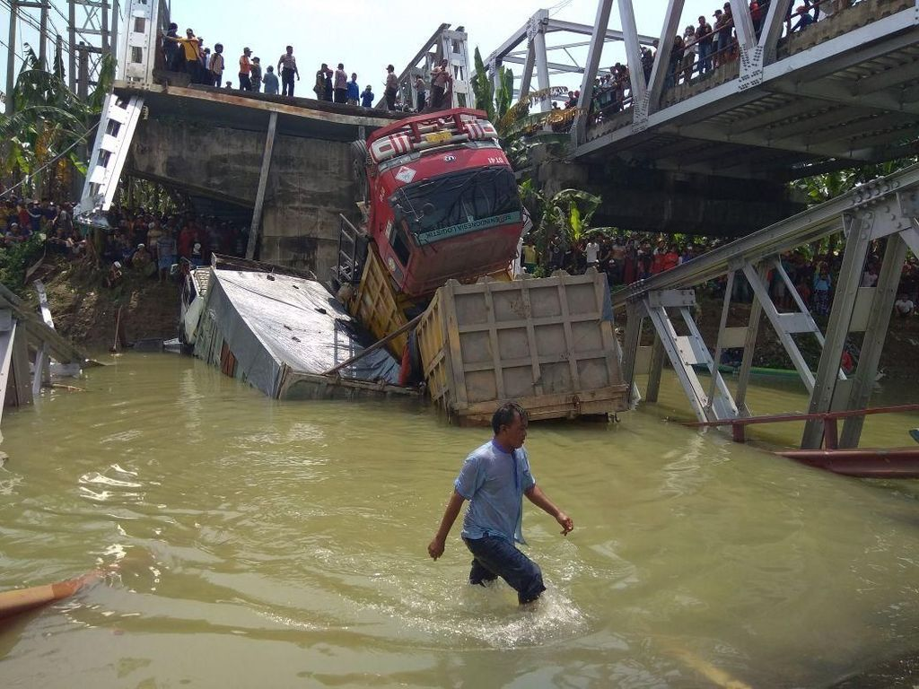 1 Dump truk muat limbah smelter, 2 truk tronton muat pasir dan 1 sepeda motorterjun ke Bengawan Solo/Foto: Eko Sudjarwo