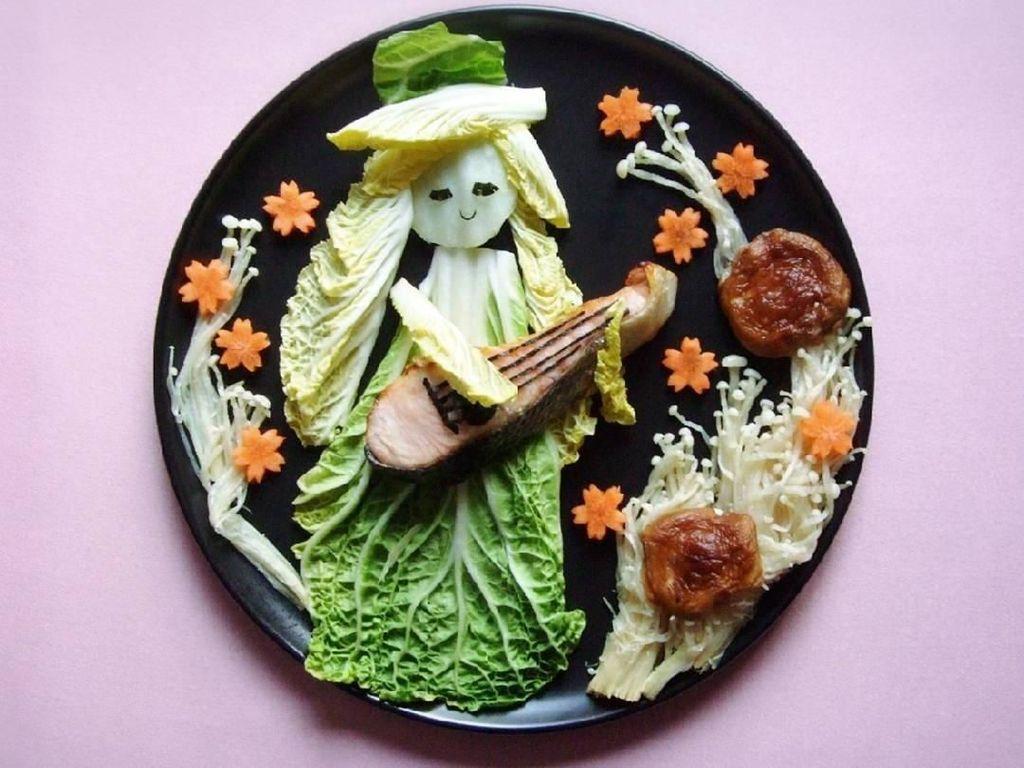 Ternyata kubis segar dan salmon panggang bisa dijadikan sosok wanita yang tengah memainkan ukulele. Keren! Foto: Instagram @rinonche