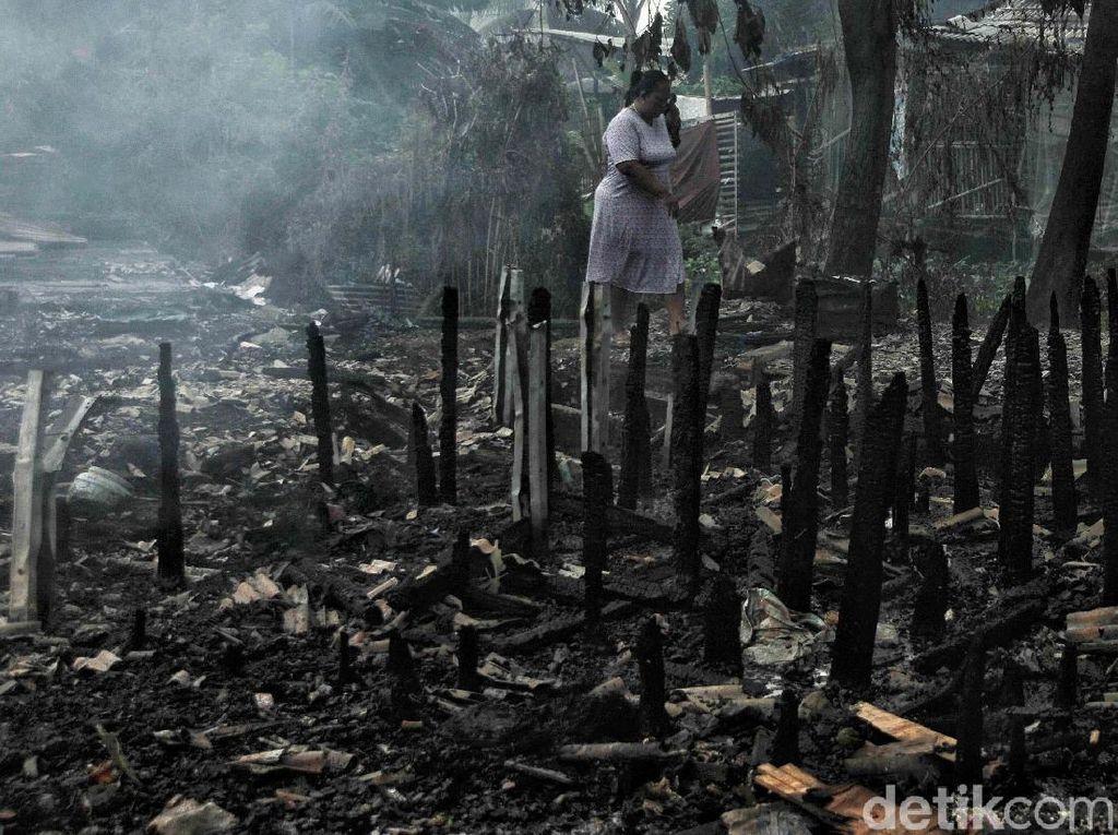 Kebakaran tersebut diduga disebabkan oleh api dari salah satu rumah warga.