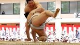 Para penggemar, yang telah menonton para idolanya berlaga secara dekat di Tokyo, berharap agar upacara khusus ini bisa diikuti dengan sebuah tahun tanpa skandal karena sumo tengah berupaya untuk membangun kembali reputasinya yang rusak. (REUTERS/Toru Hanai)