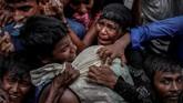 Para pengungsi Rohingya berebut bantuan pangan yang diberikan di kamp pengungsian dekat Cox's Bazar, Bangladesh. Diperkirakan 25 ribu warga Rohingya eksodus menyelamatkan diri ke sejumlah negara sekitar Myanmar usai menjadi korban kekerasan dan proses genosida. (REUTERS/Cathal McNaughton)