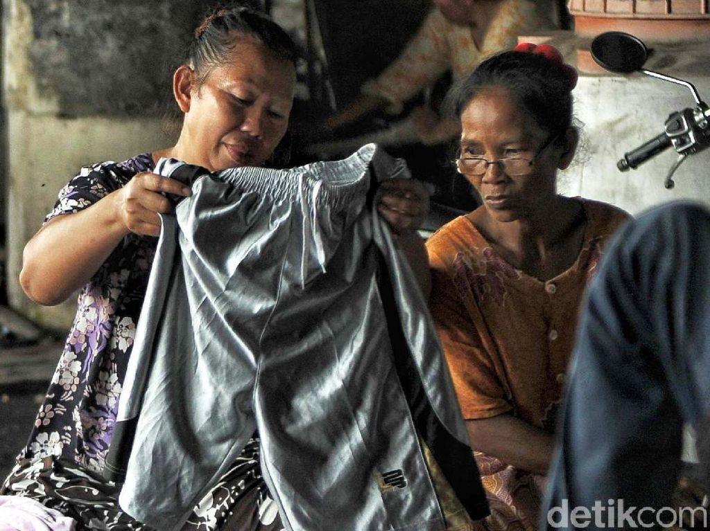 Pengungsi mendapat bantuan pakaian layak pakai.