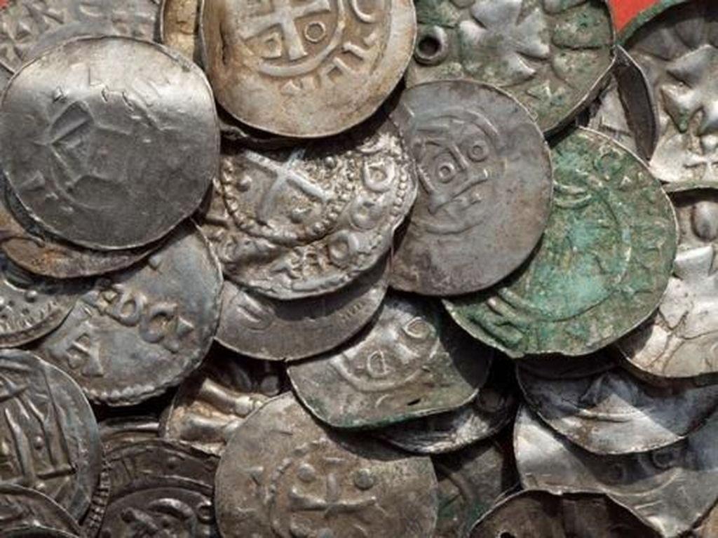 Akhirnya ditemukan beragam artefak seperti kalung, palu Thor, cincin, dan 600 keping koin. Diperkirakan barang-barang itu terkubur sejakera 980 Masehi. (Foto: Dok. AFP via BBC)
