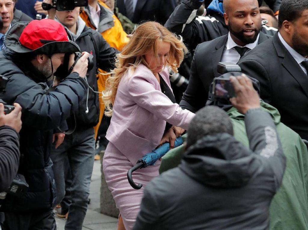 Kerumunan fotografer sampai menabrak barikade yang dipasang di luar gedung pengadilan karena berebut untuk mengambil foto Daniels. Foto: REUTERS/Lucas Jackson