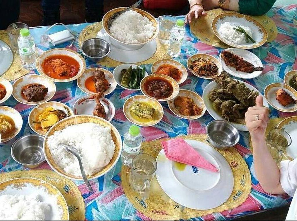 Ini dia menu makan siang Najwa Shihab saat sedang berada di Bukittinggi. Selamat makan siang! Itiak Lado Mudo, tambonsu, sayur kapau, urap, gulai kepala ikan, ikan bakar..Lamak Bana.., tulis akun @najwashihab. Foto: Instagram @najwashihab
