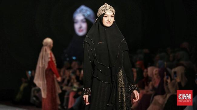 The Khadeeja menampilkan 75 set koleksi busana syar'i teranyar dengan gaya khas yang longgar dan berlapis-lapis, walaupun siluet busana terasa terbatas. (CNN Indonesia/Andry Novelino)